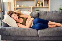 Imagen sobre el tema de la mujer con dolor de estómago.