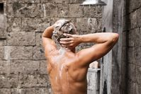 Imagen sobre el tema de un hombre tomando una ducha.