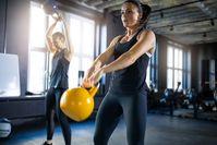 Imagen sobre el tema de la mujer haciendo ejercicio con pesas rusas