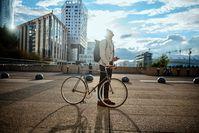 Imagen sobre el tema del hombre con bicicleta.