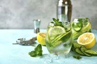 Imagen sobre el tema de la bebida no alcohólica con pepino y limón.