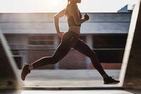 Imagen sobre el tema de la mujer corriendo al aire libre
