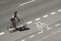 Imagen sobre el tema de la ciclista en un carril bici en la calle