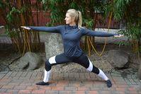 Imagen sobre el tema de la mujer en la posición de guerrera - yoga
