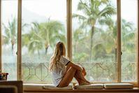 Imagen sobre el tema de la mujer mirando por la ventana
