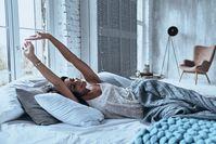 Imagen sobre el tema de una mujer que se extiende en la cama