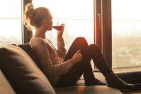 Imagen sobre el tema de la mujer bebiendo vino tinto