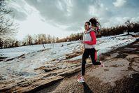Imagen sobre el tema de la mujer corriendo en invierno.