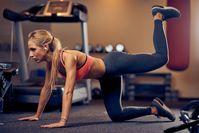 Imagen sobre el tema de la mujer en traje deportivo haciendo sobornos de burro en el gimnasio