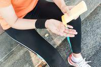 Imagen sobre el tema de la mujer en ropa deportiva aplicando protector solar