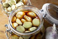 Imagen sobre el tema de los dientes de ajo en escabeche en tarro de albañil