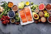 Imagen sobre el tema del salmón, diversas frutas y verduras, legumbres nueces