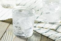 Imagen sobre el tema del agua mineral con gas fresca