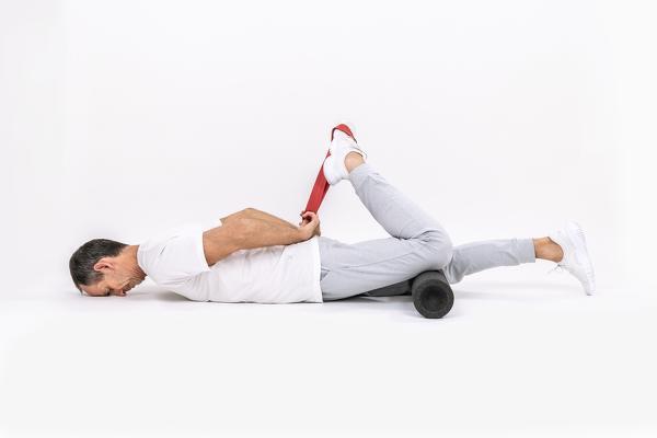 El hombre estira los extensores de la pierna