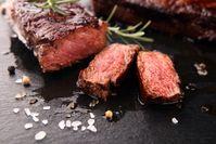 Imagen sobre el tema de bistec de ternera asado medio con romero y sal