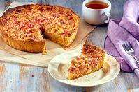 Imagen sobre el tema del pastel de ruibarbo casero con una taza de té