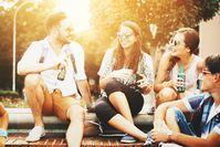 Imagen sobre el tema Un grupo de amigos están bebiendo cerveza juntos
