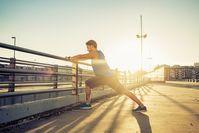 Imagen sobre el tema del hombre deportivo que se extiende bajo el sol del mediodía