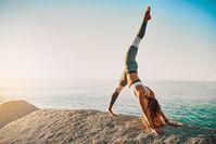 Imagen sobre el tema de la mujer haciendo yoga al sol