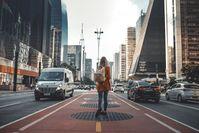 Imagen sobre el tema de la mujer caminando en la calle